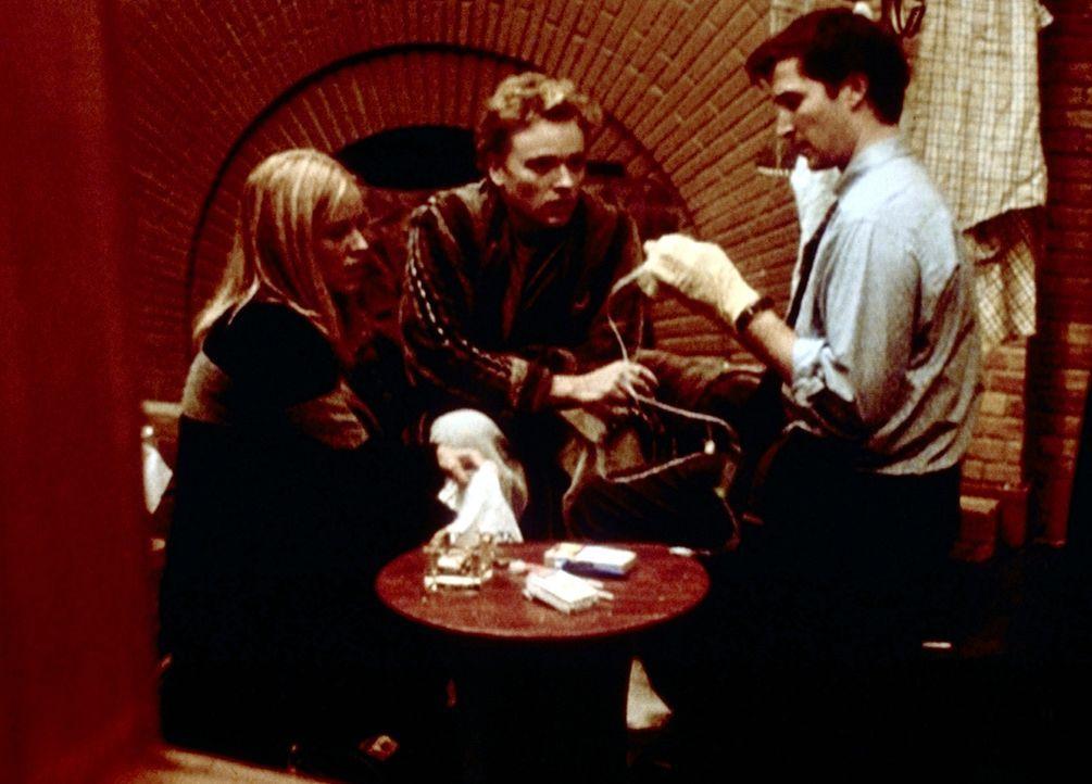 Dr. Carters Cousin Chase (Jonathan Scarfe, M.) ist drogensüchtig und bittet Dr. Carter (Noah Wyle, r.) und Dr. Del Amico (Maria Bello, l.) um Hilfe. - Bildquelle: TM+  2000 WARNER BROS.
