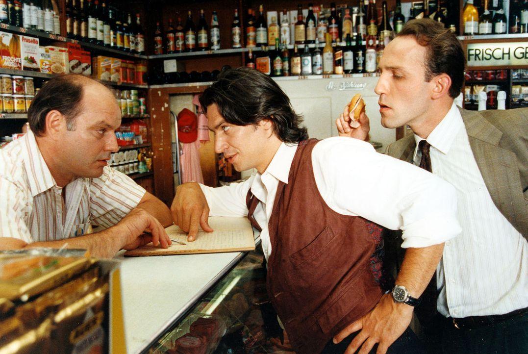 Beim Lebensmittelhändler Leopold Rameder (Wolfgang Böck, l.) geben sich Kommissar Moser (Tobias Moretti, M.) und Ernst Stockinger (Karl Markovics, r... - Bildquelle: Ali Schafler Sat.1