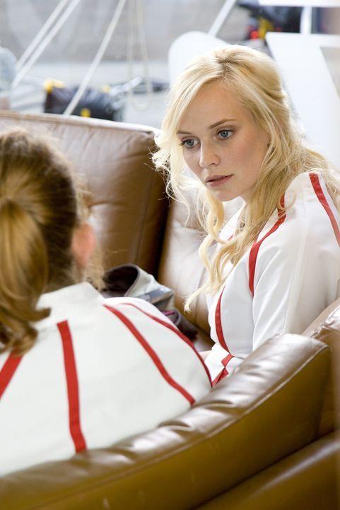 Fatima (Bracha van Doesburgh, r.) gibt ihrer Freundin Nienke (Eva van der Gucht, l.) einen wertvollen Rat ... - Bildquelle: SBS/Elvin