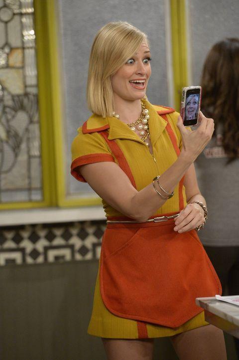 Mit Periscope zur Beliebtheit? Caroline (Beth Behrs) ist überzeugt, dass sie mit der neuen Social Media App gute PR für ihr Cupcake-Geschäft machen... - Bildquelle: 2015 Warner Brothers
