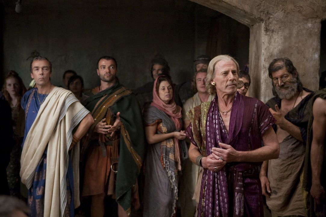 Rivalen: Solonius (Craig Walsh-Wrightson, 2.v.r.) und Batiatus (John Hannah, 2.v.l.) auf dem Sklavenmarkt ... - Bildquelle: 2010 Starz Entertainment, LLC