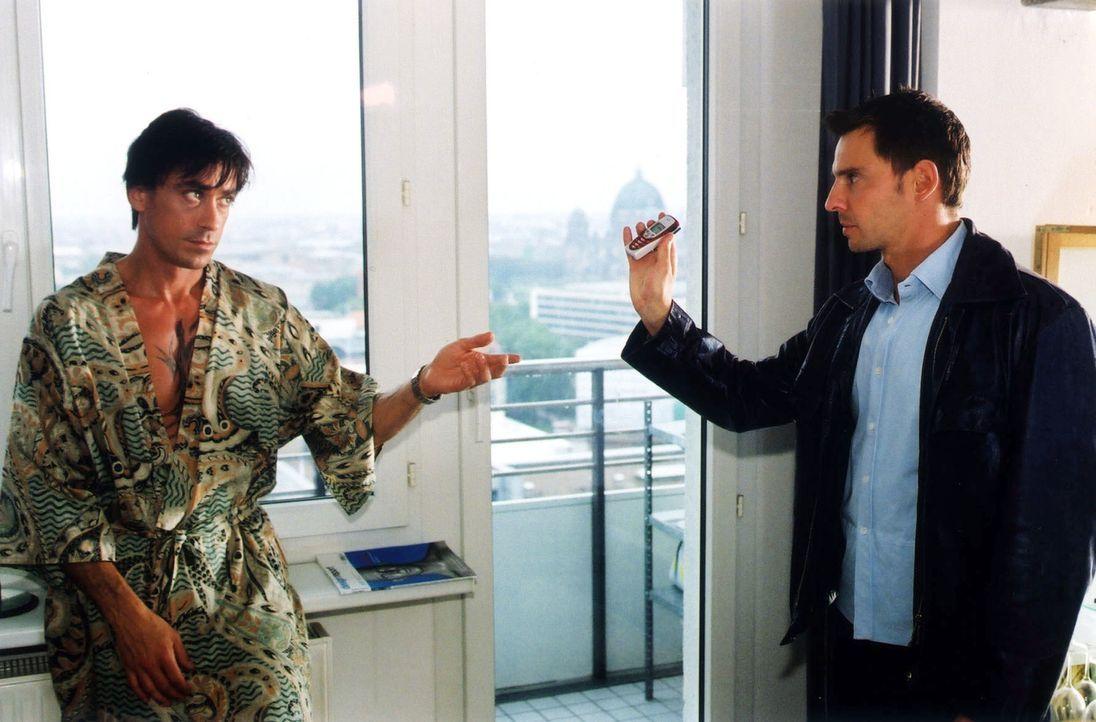 Paolo (Claudio Maniscalco, l.) übergibt Tom (Steven Merting, r.) sein Handy. - Bildquelle: Claudius Pflug Sat.1