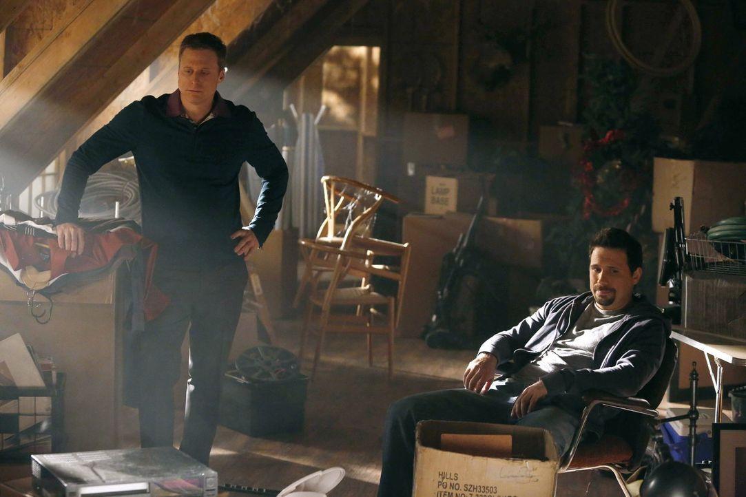 Noah (Alan Tudyk, l.) hilft, den Dachboden von George (Jeremy Sisto, r.) auszuräumen. Das Problem ist , dass dieser sich von wirklich gar nichts tre... - Bildquelle: Warner Brothers