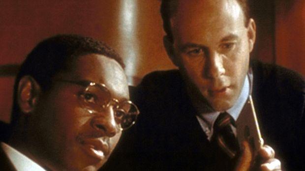 Dr. Alders (Mykelti Williamson, l.) spricht mit seinem Assistenten Jeffrey üb...