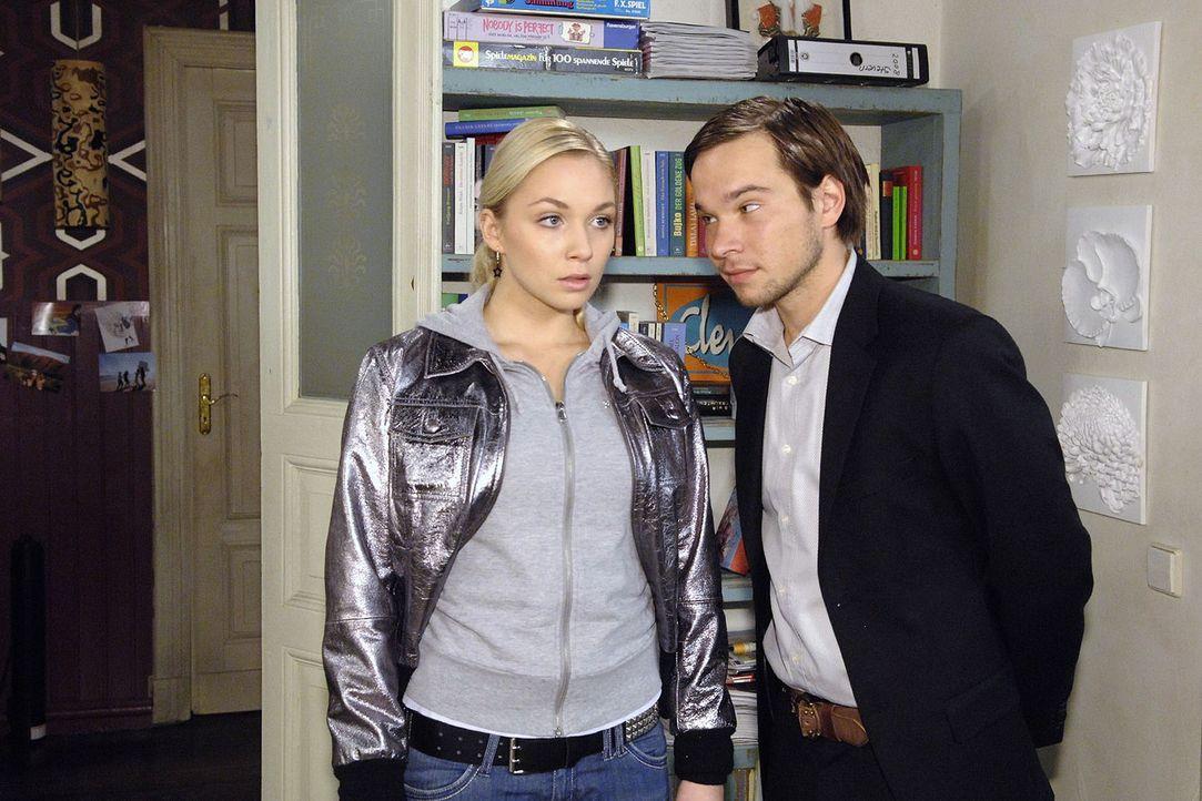 Nancy (Jill Funke, l.) ist entsetzt als Rico (Jannik Büddig, r.) plötzlich in der WG auftaucht und versucht, sie zu erpressen ... - Bildquelle: Claudius Pflug Sat.1