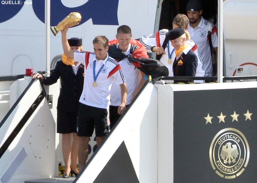 WM-ankunft-nationalmannschaft-berlin-02-140715-dpa - Bildquelle: dpa