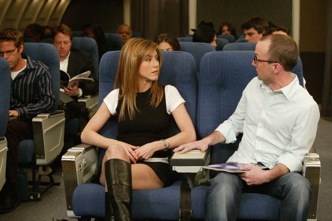 Rachel (Jennifer Aniston, l.) ist von ihrem Sitznachbarn (Jim Rash, r.) total genervt ... - Bildquelle: 2003 Warner Brothers International Television