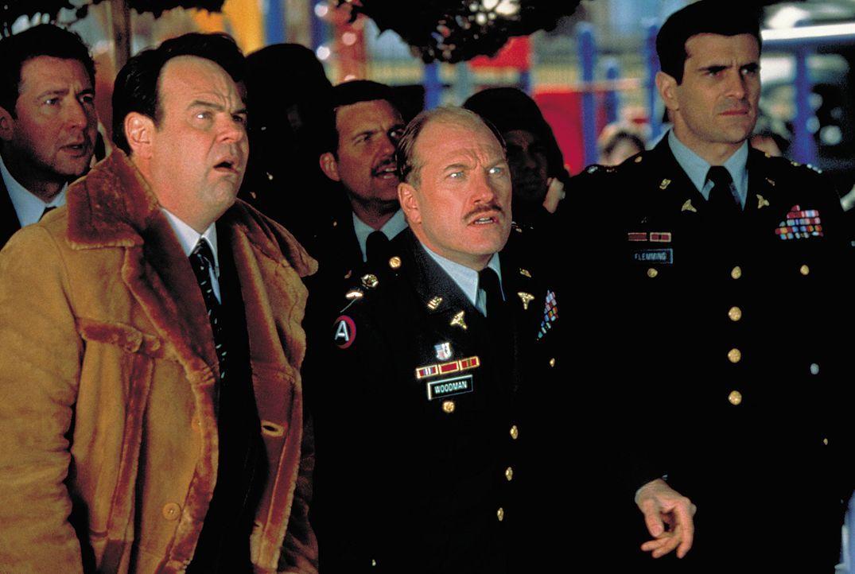 Als ein Komet auf die Erde stürzt, beginnt für Gouverneur Lewis (Dan Aykroyd, 2.v.l.) schon bald ein Kampf gegen die blutrünstigen Mutanten aus d... - Bildquelle: 2003 Sony Pictures Television International