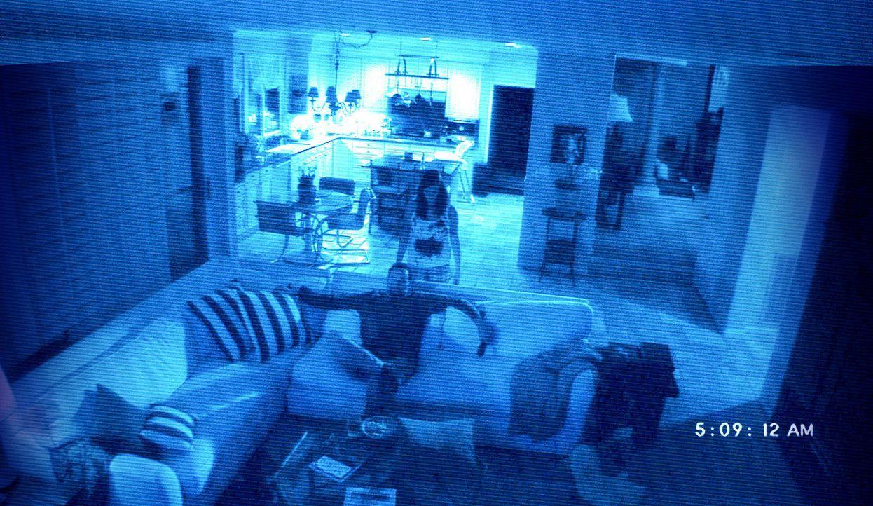 Bekommt Besuch von seiner völlig durchgeknallten Schwägerin Katie (Katie Featherston, hinten): Daniel Rey (Brian Boland, vorne) ... - Bildquelle: 2010 by Paramount Pictures. All Rights Reserved.