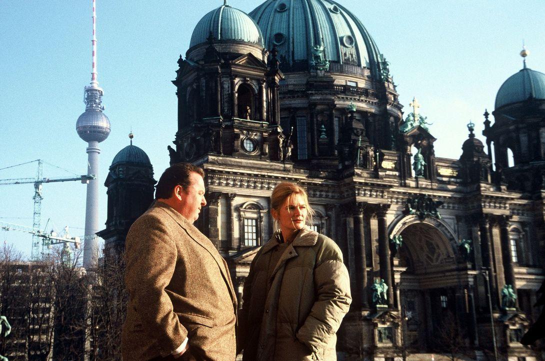 In Berlin macht Benno (Ottfried Fischer, l.) die Bekanntschaft von Frau Dr. Beatrice Schinkel (Corinna Nilson, r.), einer namhaften Kunsthistorikerin. - Bildquelle: Herbert Began Sat.1