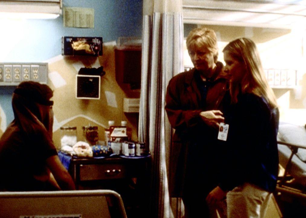 Lucy (Kellie Martin, r.) versucht mit viel Geduld, zu dem schwererziehbaren Seth (Vincent Berry, l.) durchzudringen. - Bildquelle: TM+  2000 WARNER BROS.