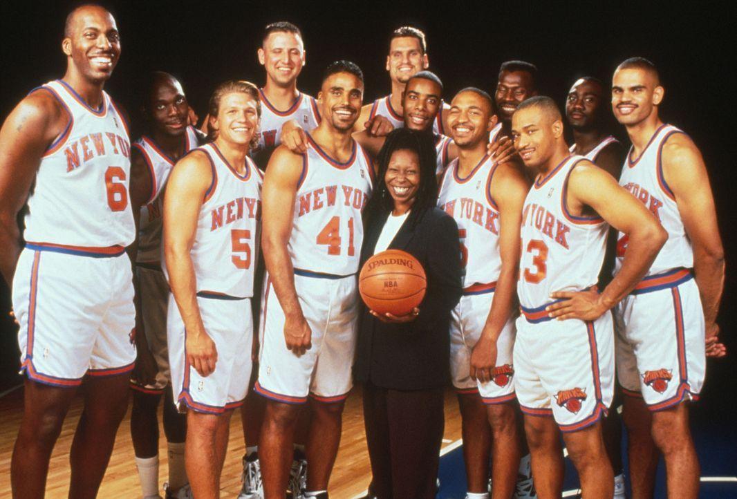 Coach Eddie (Whoopie Goldberg, M.) und ihre Schützlinge, die New York Knicks ... - Bildquelle: Myles Aronowitz Buena Vista Pictures