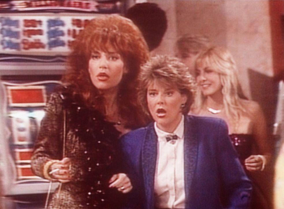 Peggy (Katey Sagal, l.) und Marcy (Amanda Bearse, r.) verspielen in Las Vegas innerhalb kürzester Zeit ihr gesamtes Geld. - Bildquelle: Columbia Pictures