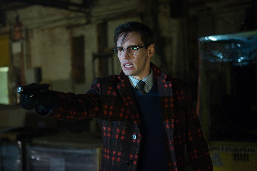 Während Oswald erkennt, welche Rolle seine Stieffamilie dabei gespielt hat, als sein Vater verstarb, hat es Nygma (Cory Michael Smith) auf Gordon ab... - Bildquelle: Warner Brothers