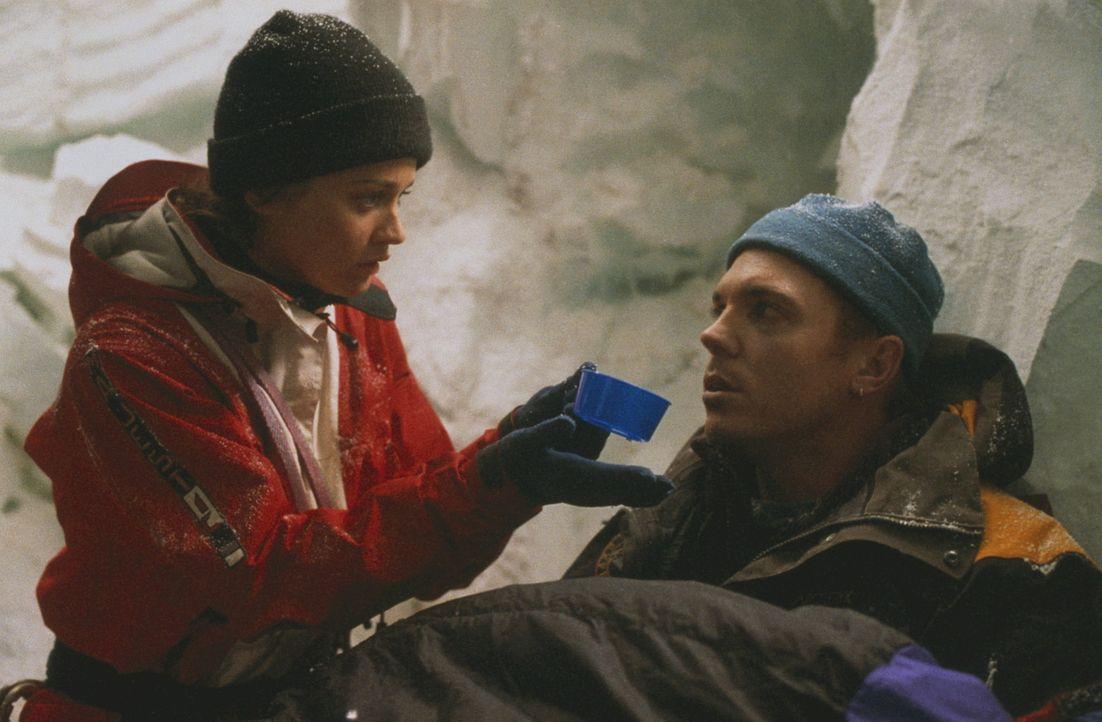 Kurz vor dem Gipfel geraten die Bergführer Annie (Robin Tunney, l.) und Tom McLaren (Nicholas Lea, r.) in einen Schneesturm - und stürzen in eine... - Bildquelle: Columbia Pictures