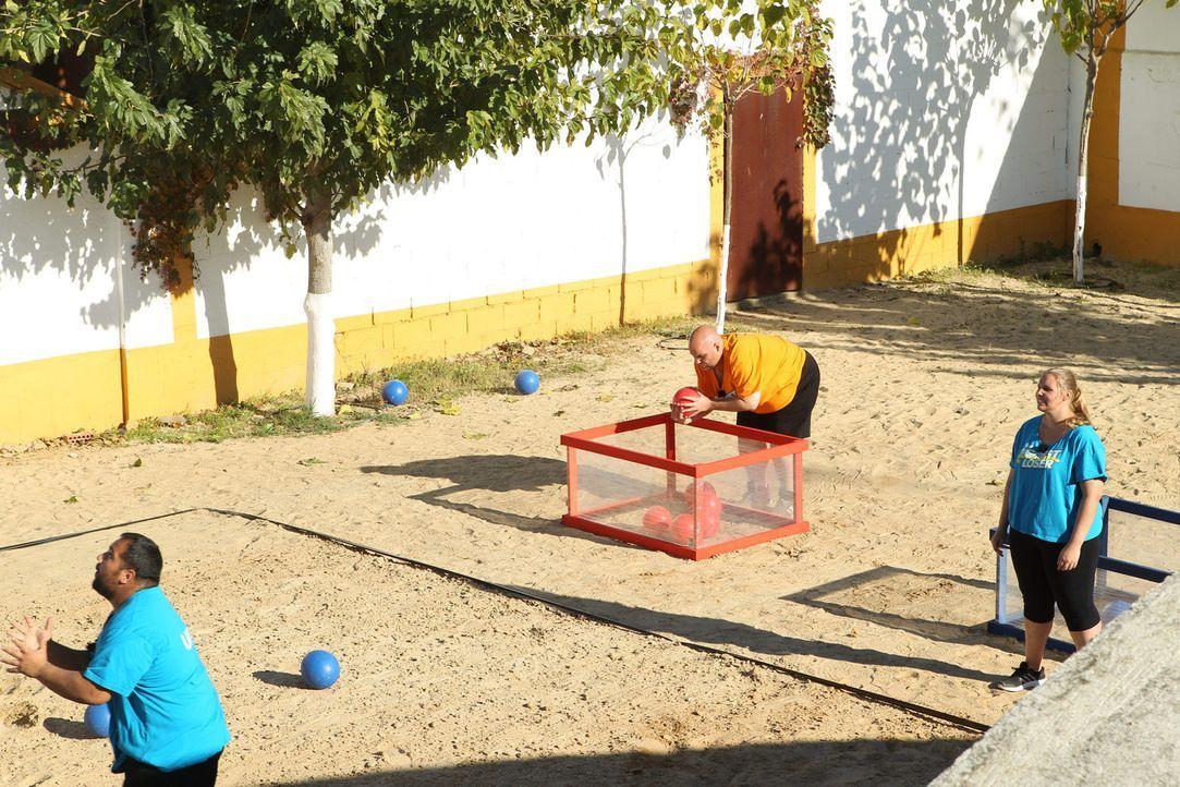 Ball-Challenge: Umut (l.), Jan (M.) und Anna Maria (r.) geben ihr Bestes ... - Bildquelle: Enrique Cano Sat.1