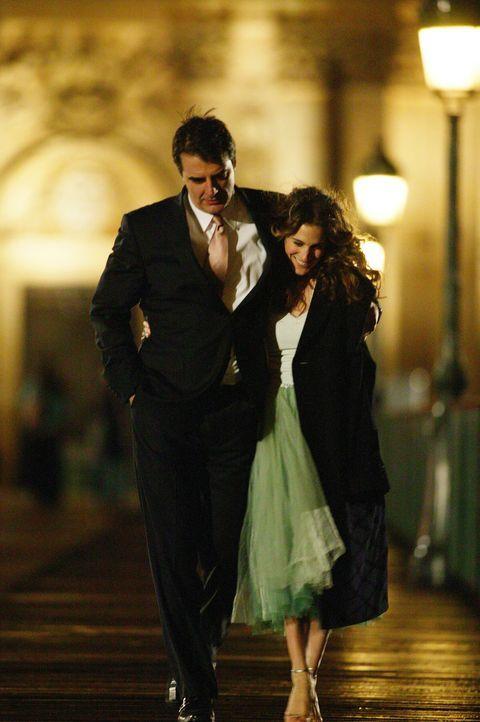Bei einem Spaziergang durch Paris wird Carrie (Sarah Jessica Parker, r.) klar, was sie für Big (Chris Noth, l.) empfindet ... - Bildquelle: Paramount Pictures