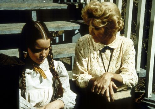 Unsere kleine Farm - Miss Beadle (Charlotte Stewart, r.) macht sich Sorgen um...