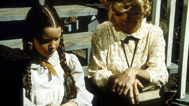 Miss Beadle (Charlotte Stewart, r.) macht sich Sorgen um Laura (Melissa Gilbe...