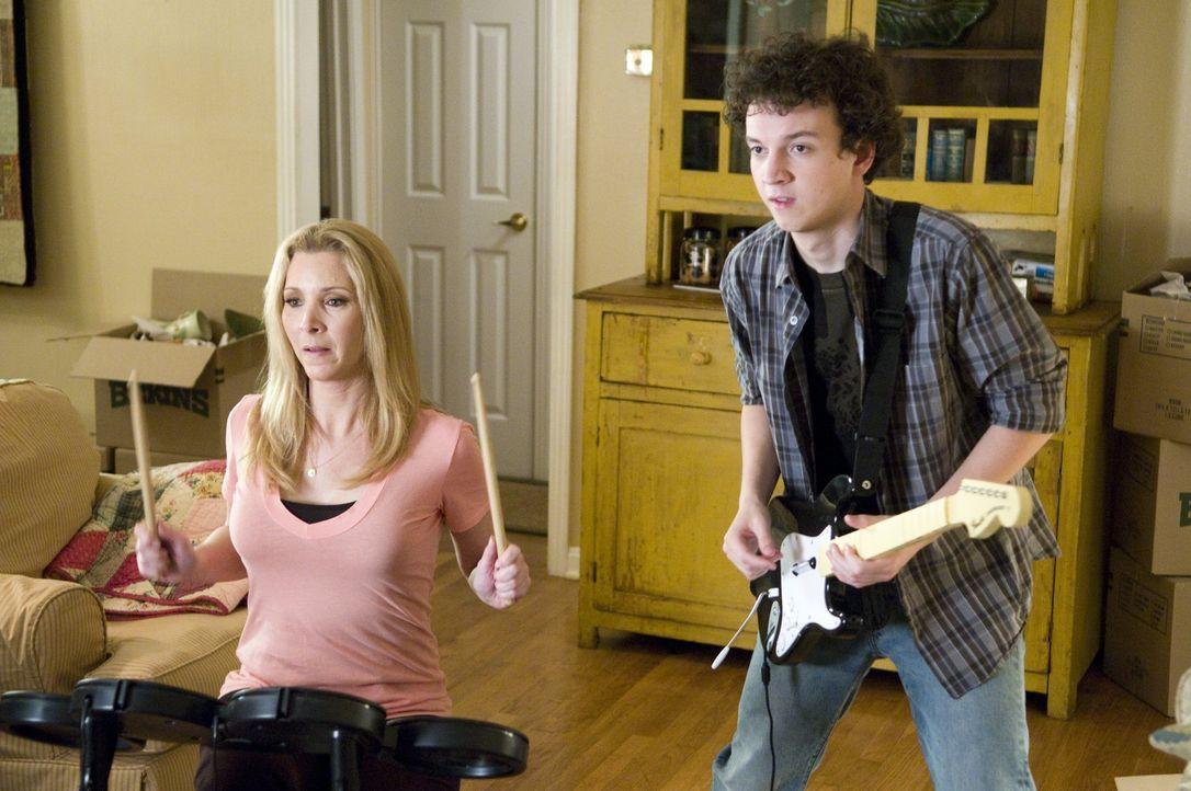 Lieben Musik über alles: Karen Burton (Lisa Kudrow, l.) und ihr Sohn Will (Gaelan Connell, r.) ... - Bildquelle: Van Redin 2009 SUMMIT ENTERTAINMENT, LLC and WALDEN MEDIA, LLC ALL RIGHTS RESERVED.