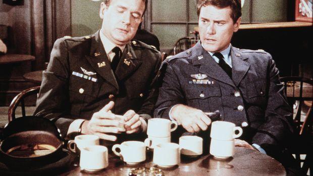 Tony (Larry Hagman, r.) und Roger (Bill Daily, l.) müssen herausfinden, wo de...