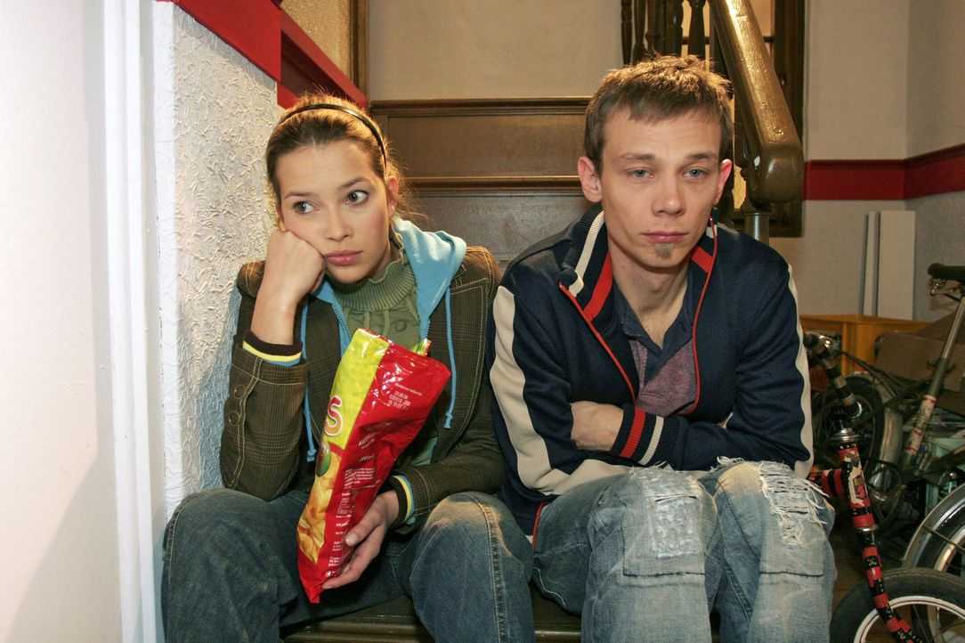 Hannah (Laura Osswald, l.) denkt an Marc und Jürgen (Oliver Bokern, r.) trauert Sabrina hinterher. - Bildquelle: Noreen Flynn Sat.1