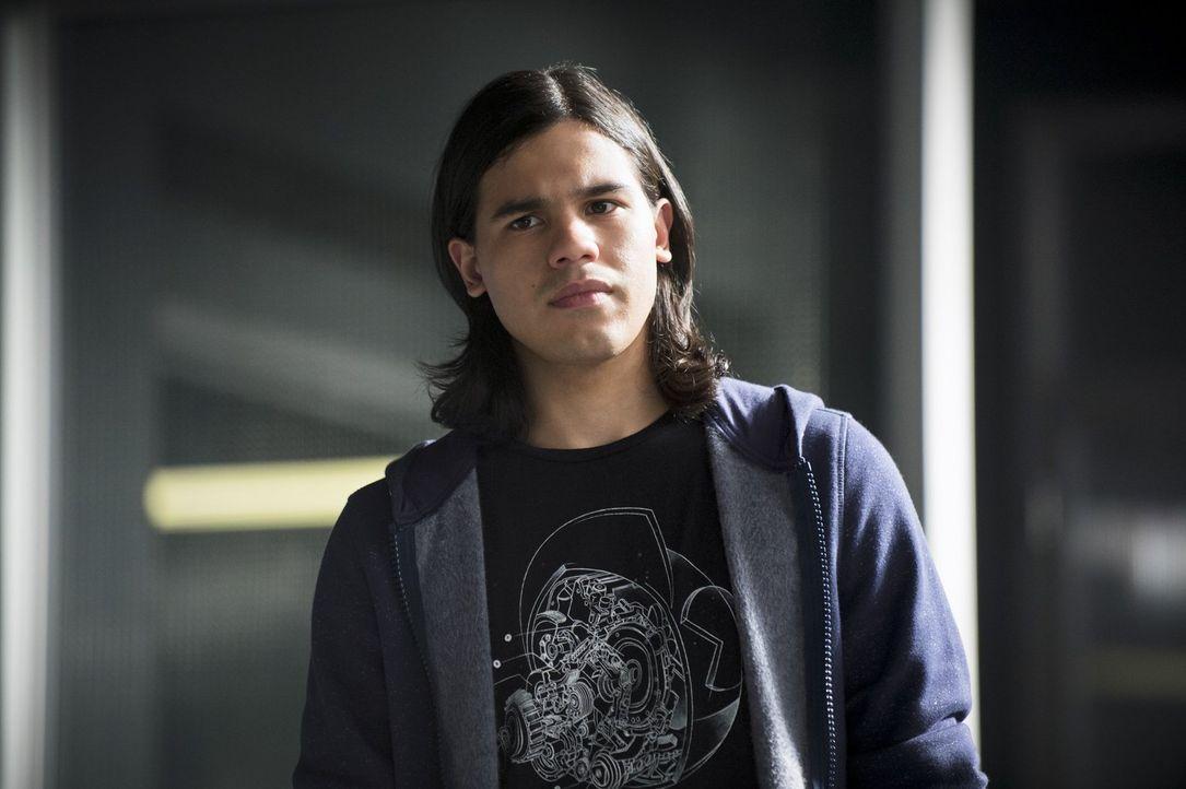 Cisco (Carlos Valdes) ist geschockt, als ihm bewusst wird, wen Joe als Mörder von Barrys Mutter verdächtigt ... - Bildquelle: Warner Brothers.