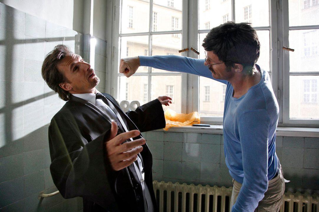 Reinershofer (Dirk Martens, r.) hat einen Plan B in petto. Er schlägt Alex (René Steinke, l.) k.o., dafür erfährt Barbara nichts von der Affäre mit... - Bildquelle: Mosch Sat.1