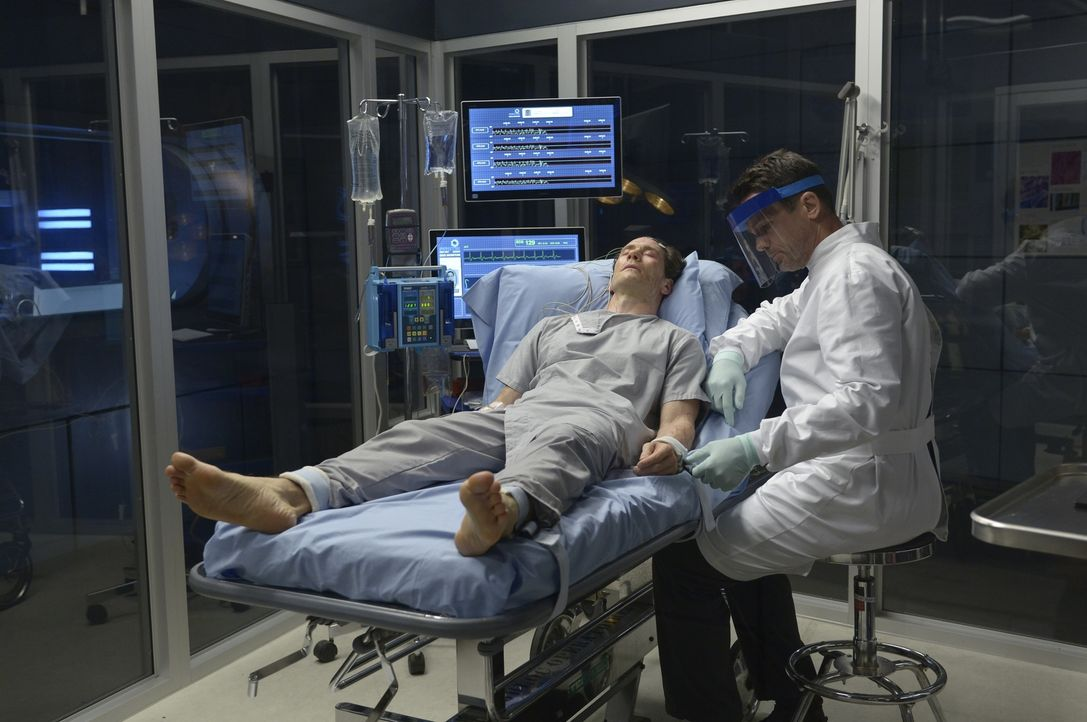 An Peters (Neil Napier, l.) Krankenbett erinnert sich Alan (Billy Campbell, r.) an ihre gemeinsame Vergangenheit ... - Bildquelle: 2014 Sony Pictures Television Inc. All Rights Reserved.
