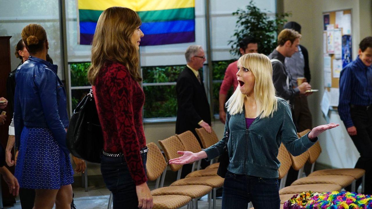 Bonnie (Allison Janney, l.) schleppt ihre Tochter Christy (Anna Faris, r.) zu einem anderen Treffen der Anonymen Alkoholiker, damit sie so einem Ex-... - Bildquelle: 2015 Warner Bros. Entertainment, Inc.