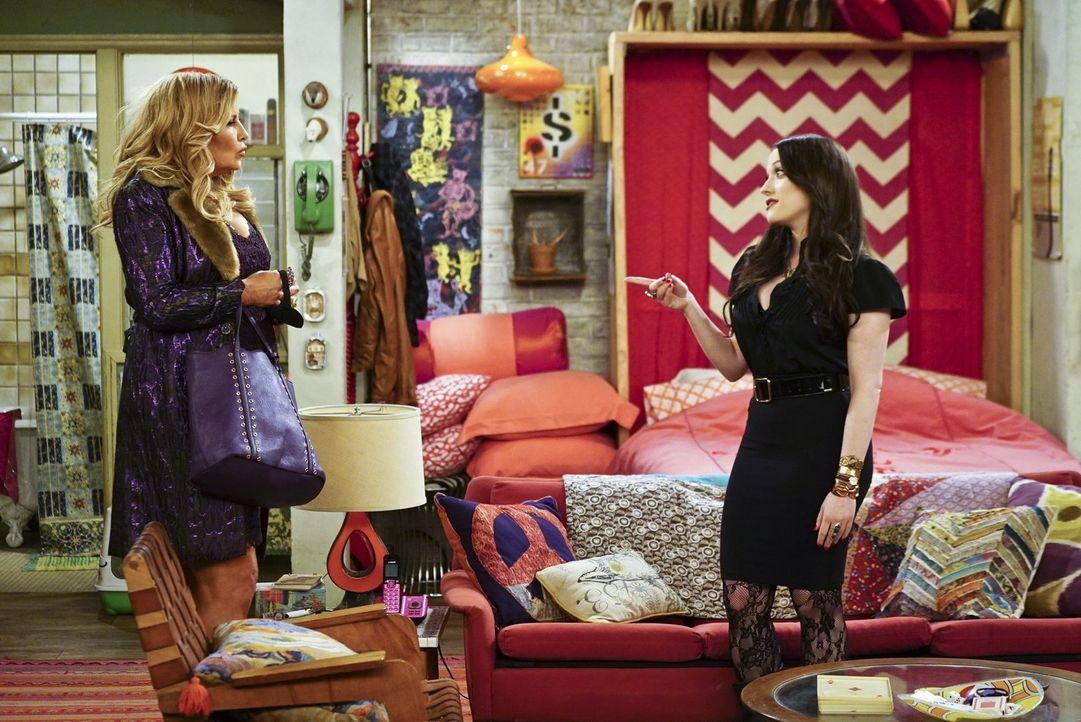 Während Max (Kat Dennings, r.) und Caroline einen Plan entwickeln, wie man die Einnahmen aus dem Verkauf der Rechte an Carolines Lebensgeschichte si... - Bildquelle: 2016 Warner Brothers