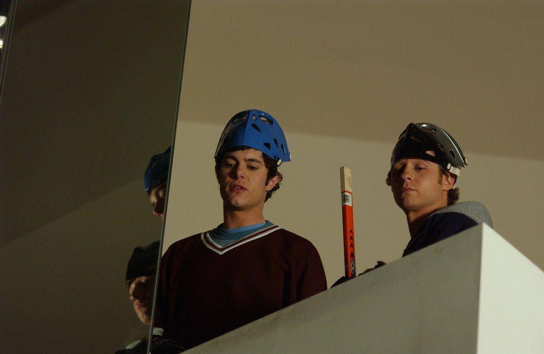 Im Einkaufscenter eingeschlossen, beschließen Seth (Adam Brody, l.) und Ryan (Benjamin McKenzie, r.) die Zeit sinnvoll zu nutzen ... - Bildquelle: Warner Bros. Television