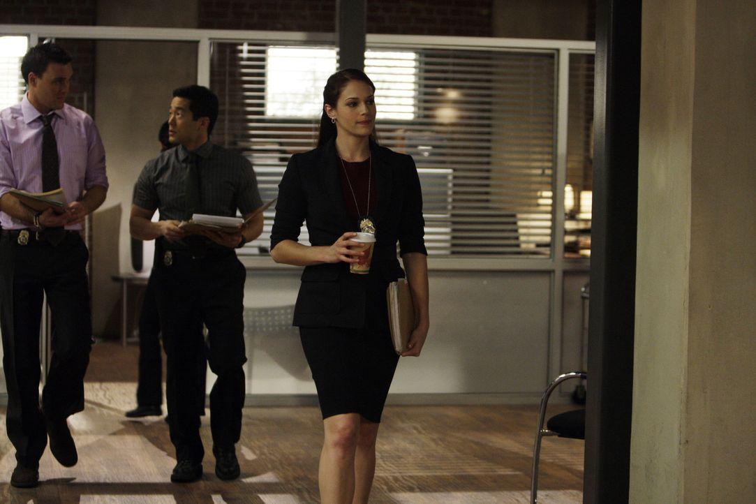 Grace (Amanda Righetti, r.) hat einen neuen Lover, der nicht nur ihr Leben verändert, sondern auch das ihrer Kollegen Wayne (Owain Yeoman, l.), Ken... - Bildquelle: Warner Bros. Television