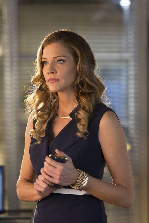 Auf der Suche nach dem letzten Fragment des flammenden Schwerts, arbeitet Charlotte (Tricia Helfer) sogar mit Chloe zusammen. Zur gleichen Zeit unte... - Bildquelle: 2016 Warner Brothers