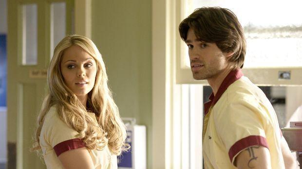 Der Kellner Finley (Corey Sevier, r.) ist so besessen von Kara (Laura Vanderv...