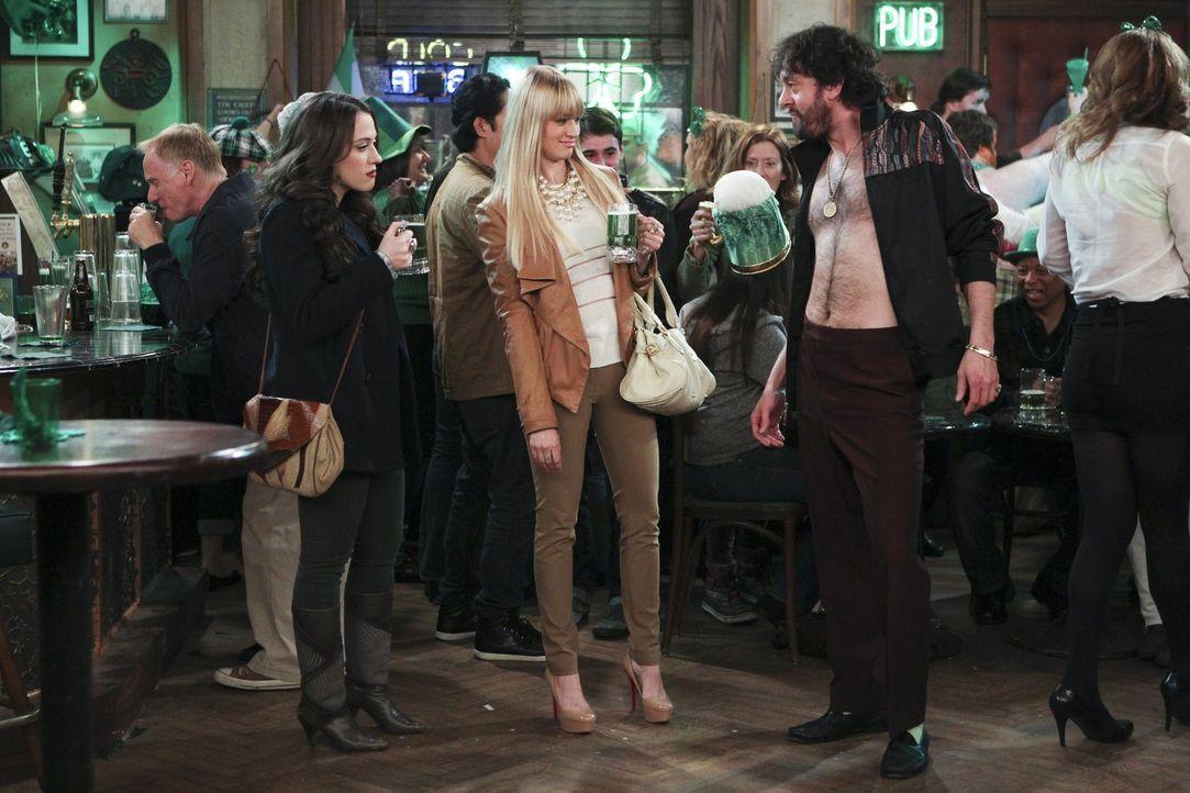 Es ist St. Patrick's Day und die Party ist im vollen Gange, doch Max (Kat Dennings, l.) und Caroline (Beth Behrs, M.) sind immer wieder von Oleg (Jo... - Bildquelle: Warner Bros. Television