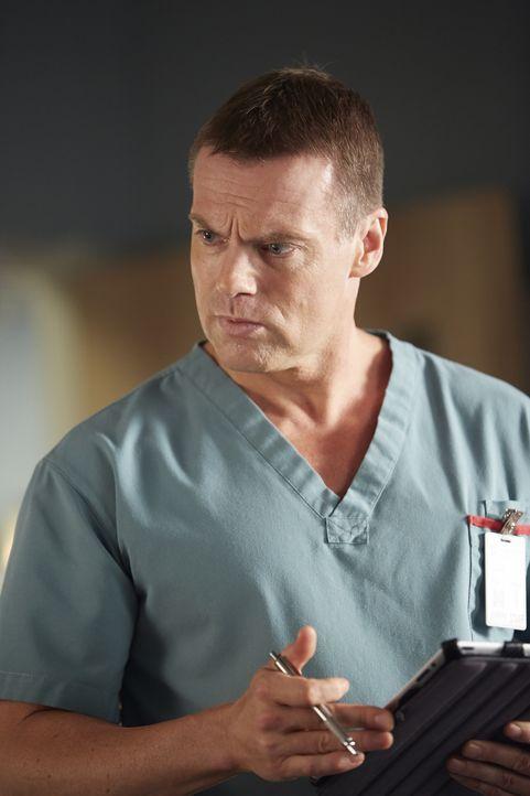 Als Charlie (Michael Shanks) den Geist einer jungen Patientin sieht, erkennt er, dass die offensichtlichen Verletzungen nicht die schlimmsten sind ... - Bildquelle: Ken Woroner 2014 Hope Zee Three Inc.
