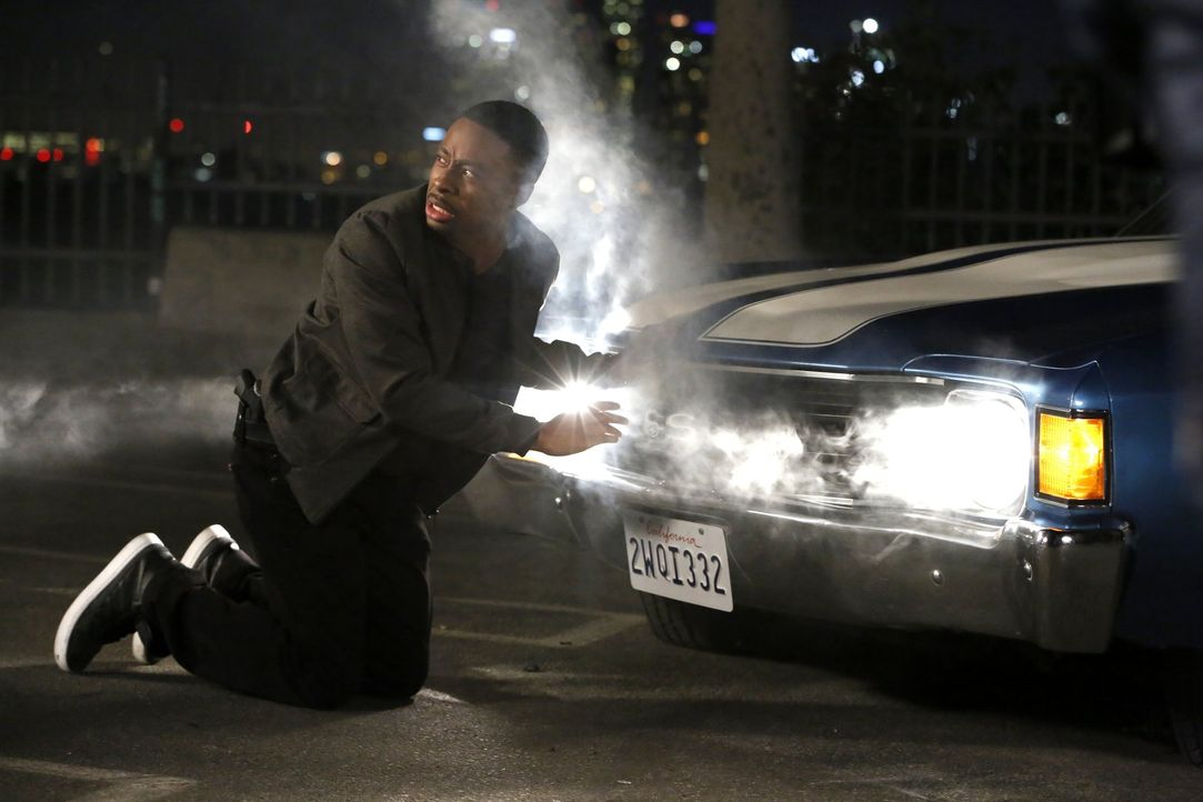 Carter (Justin Hires) und Lee ermitteln in einem Fall von Bankraub. Doch dabei machen sie eine schockierende Entdeckung ... - Bildquelle: Warner Brothers