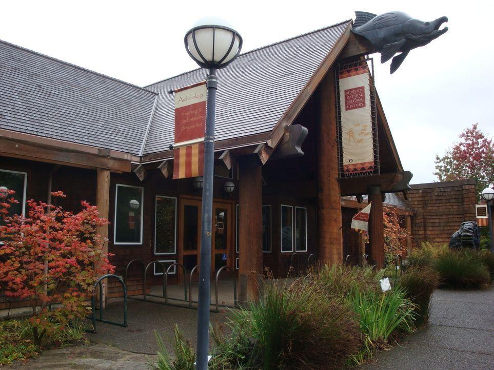 """Im """"Museum of natural and cultural History"""" in Oregon beschäftigt sich Don Wildman mit einem mysteriösen, menschenfressenden Biest aus Afrika. - Bildquelle: 2012,The Travel Channel, L.L.C. All Rights Reserved"""