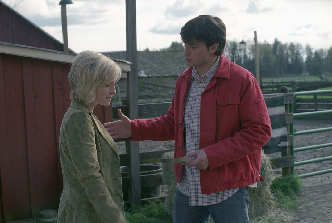 Clark (Tom Welling, r.) beschließt, Chloe (Allison Mack, l.) alleine von ihm und Lana zu erzählen ... - Bildquelle: Warner Bros.