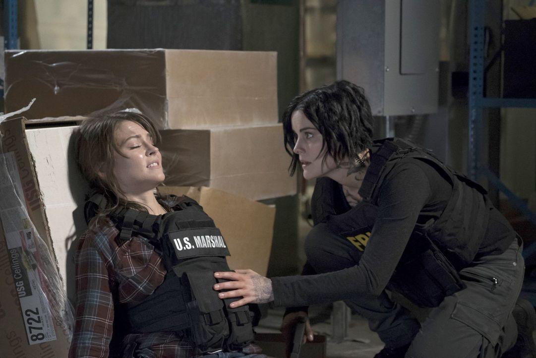 Kann Jane (Jaimie Alexander, r.) die angeschossene Allie (Trieste Kelly Dunn, l.) aus dem Feuergefecht herausbringen, ohne dass diese ihr Baby verli... - Bildquelle: Warner Brothers