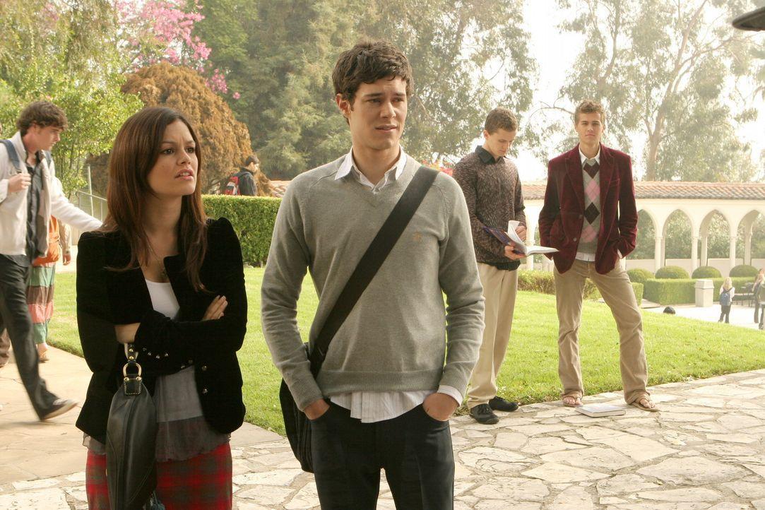 Summer (Rachel Bilson, l.), Seth (Adam Brody, r.) und Ryan tun alles, um Marissa zurück an ihre alte Schule zu bekommen, während Johnny versucht,... - Bildquelle: Warner Bros. Television