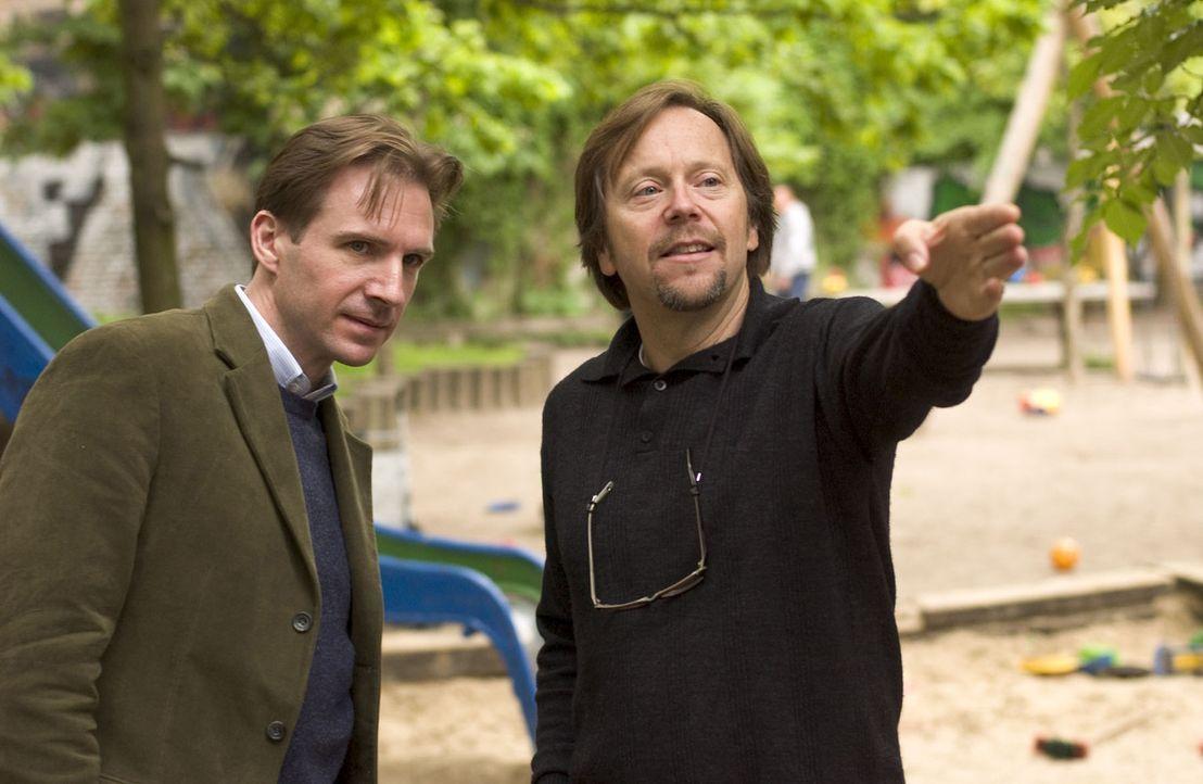 Regisseur Fernando Mereilles (r.) gibt letzte Regieanweisungen an Hauptdarsteller Ralph Fiennes (l.). - Bildquelle: Epsilon Motion Pictures