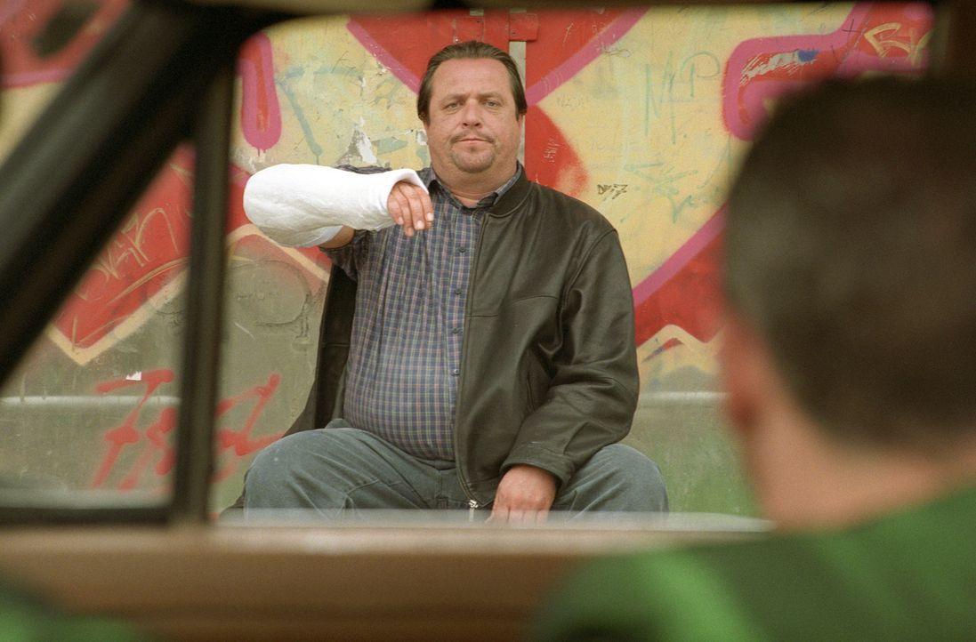 Steht Ossi bei seinem geplanten Überfall behilflich: der ständig grantelnde Exil-Bayer Georg (Andreas Giebel) ... - Bildquelle: Universum Film (UFA)