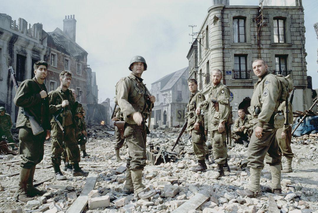 Captain Miller (Tom Hanks, M.) und seine Männer Mellish (Adam Goldberg, l.) und Sergeant Horvath (Tom Sizemore, r.) können  James Ryan (Matt Damon... - Bildquelle: United International Pictures