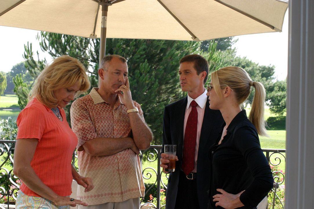 Martin Fitzgerald (Eric Close, 2.v.r.) und Samantha Spade (Poppy Montgomery, r.) befragen Roy (Tim Halligan, 2.v.l.) und Susan (Cindy Pickett, l.). - Bildquelle: Warner Bros. Entertainment Inc.