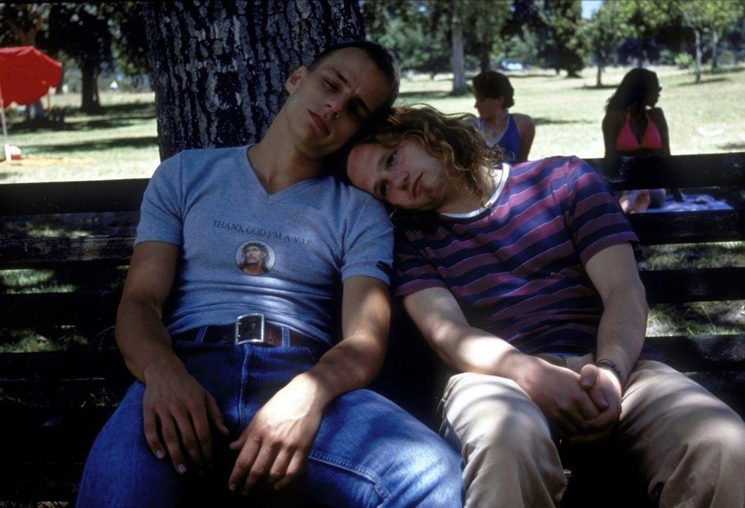 Michaels (Christian Näthe, r.) und Olivers (Tom Wlaschiha, l.) Albtraum sind die Zwillinge in ihrem Heimatort. Sie träumen von all den wunderschö... - Bildquelle: David Bloomer ProSieben