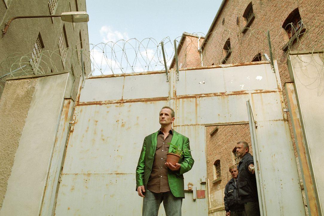 """Oswald """"Ossi"""" Schneider (Tim Wilde, l.) kann es einfach nicht lassen. Kaum in Freiheit plant er schon den nächsten Coup ... - Bildquelle: Universum Film (UFA)"""