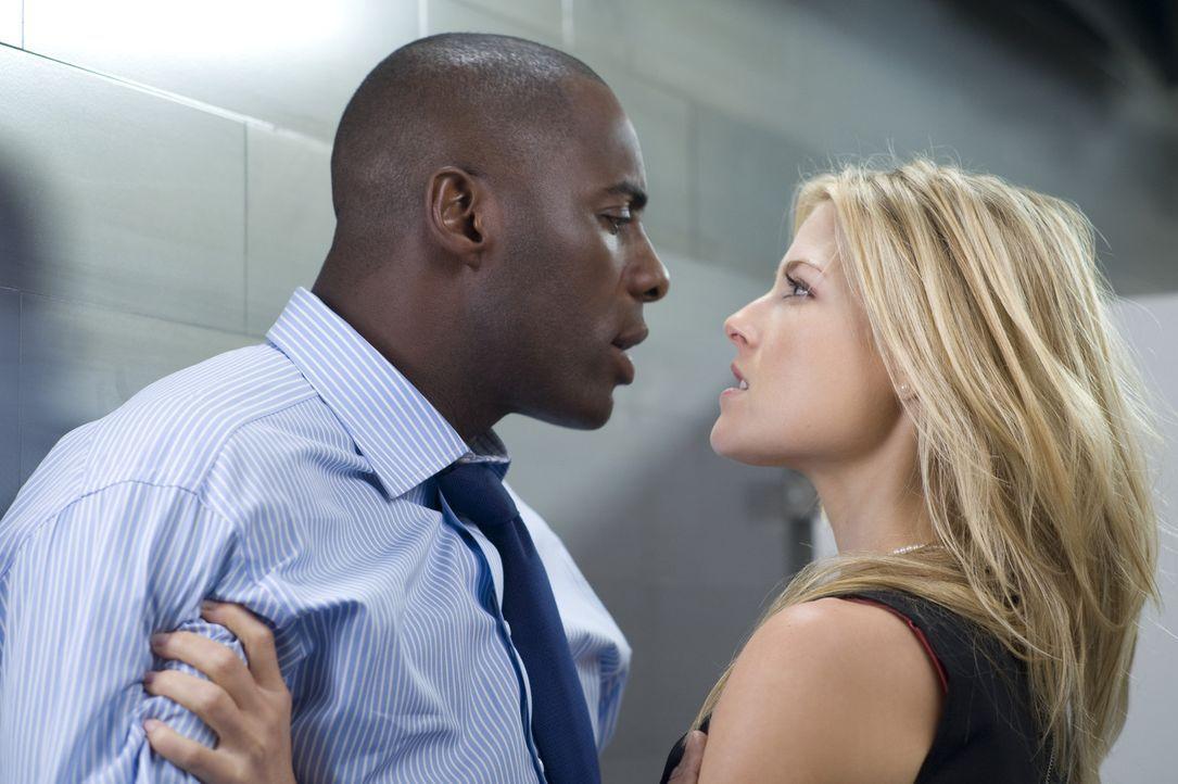 Geht Derek (Idris Elba, l.) bei der Weihnachtsfeier auf der Herrentoilette an die Wäsche: Aushilfssekretärin Lisa (Ali Larter, r.). Während der g... - Bildquelle: 2009 Screen Gems, Inc. All Rights Reserved.