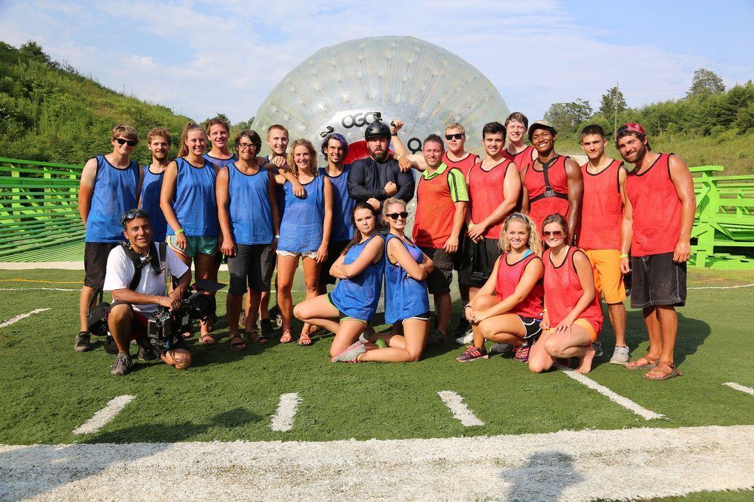 Im Outdoor Gravity Park in Tennessee erwartet Bert (M.) dieses Mal ein ganz besonderes Event, bei dem die Teilnehmer einem riesigen Plastikball berg... - Bildquelle: 2015,The Travel Channel, L.L.C. All Rights Reserved.